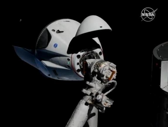 Approche de la capsule Dragon SpaceX vers ISS